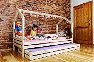 Habitación Montessori con niña jugando en la cama